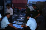 Bắt giữ 1 tấn ngà voi và sừng tê giác nhập lậu vào Việt Nam