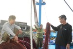 Ngư dân tố bị người từ tàu Hải cảnh Trung Quốc khống chế, đập phá như cướp biển