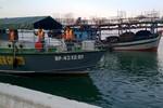 Giải cứu tàu câu mực của ngư dân mắc cạn trên biển