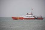 Tàu SAR 412 cứu ngư dân và thuyền viên bị lũ cuốn