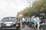 Đại gia Lê Ân lái Rolls-Royce 25 tỷ, kè kè vệ sĩ đưa vợ trẻ đi ăn sáng