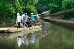 """""""Đu dây"""" qua sông đùa với tử thần ở thủ đô Hà Nội"""