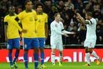 Anh 2-1 Brazil: Rooney & Lampard ghi bàn, Hart hạ Dinho trên chấm 11m