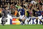 'Hung thần' đánh Ronaldo chảy máu từng triệt hạ Messi, bóp miệng Figo
