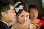 Cựu thành viên Mắt Ngọc nức nở trong đám cưới ở lễ đường