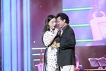 Chế Linh tim đập loạn xạ vì Phi Nhung ôm chặt trên sân khấu
