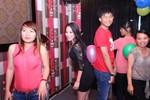 Khánh Thi giữ bóng bằng cơ thể với fan nam trong ngày sinh nhật