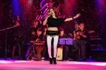 Mỹ Tâm xin phép hơn 1000 khán giả Hà Nội kéo cao áo để…múa bụng