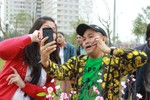 Xuân Hinh, Hồng Vân chụp ảnh 'tự sướng' trên phố