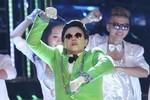 Thúy Uyên ngậm bánh bò hát 'Gangnam Style'