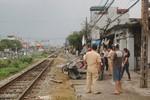Xe ba gác bị tàu đâm nát, lái xe bị hất văng khỏi đường tàu