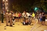 Hà Nội: Xe máy đối đầu giữa đêm bị vỡ vụn, 3 người nhập viện