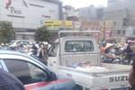 Đường phố náo loạn vì tài xế taxi hất CSGT lên nắp capo
