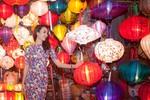Hoa hậu Ngọc Diễm rạng ngời ở phố cổ Hội An