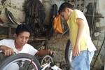 """Bác thương binh sửa xe đạp """"nổi tiếng"""" nhất Kỳ Sơn"""
