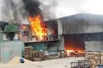 Xưởng gỗ hơn 1.000 m2 bị lửa thiêu rụi
