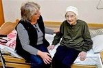 Cụ bà 105 tuổi bất ngờ nhận được giấy nhập học mẫu giáo