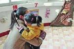 Chuyện lạ ở Trung Quốc: Trường bắt phụ huynh đóng phí 'ôm' cho con