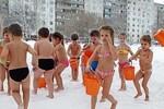 Trường cho trẻ 2 tuổi tắm nước lạnh trong tuyết