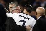 Sir Alex ôm hôn thắm thiết Ronaldo