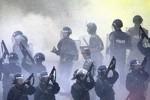 Hơn 1000 dân cửa khẩu Trung Quốc bao vây đập phá xe cảnh sát