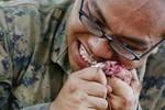 Ảnh: Lính Mỹ uống huyết rắn hổ mang, dùng răng cắn cổ gà