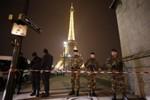 Pháp sơ tán khách du lịch khỏi tháp Eiffel vì đe dọa đánh bom
