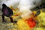 Ảnh: Nghề khai thác lưu huỳnh trên miệng núi lửa đang hoạt động