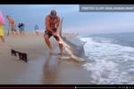 Video: Tay không vật lộn với cá mập gần 1 giờ đồng hồ