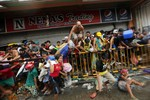 Philippines điều xe bọc thép lập lại trật tự, quốc tế chia sẻ mất mát