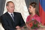 """Sau Putin, """"bạn gái tin đồn"""" của ông lộ nhẫn cưới"""