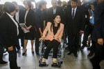 Thủ tướng Thái Lan ngồi xe lăn họp nội các