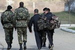 Binh sĩ Ukraine rời Crimea không được phép mang theo vũ khí