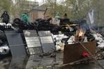Người biểu tình bắn Mi-8, tấn công căn cứ quân sự Đông Ukraine