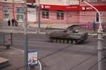Cảnh sát Mariupol về phe biểu tình, Ukraine điều xe tăng tấn công