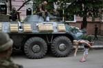 Kiev tố Nga tấn công làng biên giới, bao vây cô lập phe ly khai