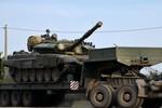 Ảnh: Đoàn xe quân sự Nga chở xe tăng T-90 tới biên giới Ukraine
