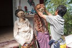 Ảnh: Người Indonesia vực xác ướp dậy hàng năm để mặc quần áo mới