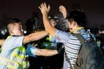 Cảnh sát Hồng Kông dùng bình hơi cay chống người biểu tình