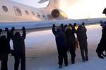 Video: Hành khách Nga đẩy máy bay bị kẹt ở nhiệt độ -52 độ C