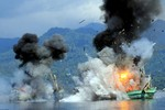 Ảnh: Indonesia cho nổ tung tàu cá nước ngoài