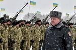 Poroshenko dùng tiền thưởng để động viên binh sĩ ra mặt trận