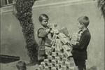 Siêu lạm phát: Trẻ em dùng từng xấp tiền... chơi xếp hình
