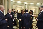 Video: Poroshenko khó chịu ra mặt, Putin xoa tay lúc gặp nhau