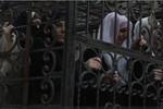 Video: Khủng bố IS tàn bạo nhốt phụ nữ vào lồng sắt làm lá chắn sống tại Syria