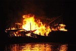 Tàu chưa được cấp phép bốc cháy trên Vịnh Hạ Long