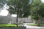 Nam thanh niên treo cổ phía sau tượng đài Lê Lợi