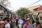 Hàng trăm người dân kéo nhau đi xem xác chết trôi sông