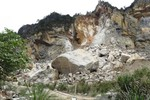 Bị đá rơi trúng người, 3 công nhân nguy kịch, xe máy cháy rụi