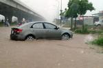 Mưa lớn hàng loạt tuyến phố Hà Nội ngập chìm trong nước
